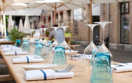 Gedeckter langer Tisch in Innenhof Mühle Tiefenbrunnen